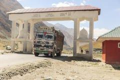 Тележка на дороге Srinaga-Leh большой возвышенности в провинции Ladakh Стоковое Изображение RF