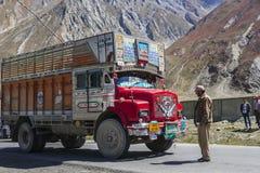 Тележка на дороге Srinaga-Leh большой возвышенности в провинции Ladakh Стоковое фото RF