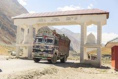 Тележка на дороге Srinaga-Leh большой возвышенности в провинции Ladakh Стоковые Фото