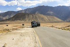 Тележка на дороге Srinaga-Leh большой возвышенности в провинции Ladakh Стоковые Фотографии RF