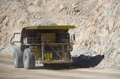 Тележка перетаскивания носит ненужный утес в медном руднике Chuquicamata стоковые изображения