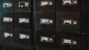 Тележка сняла коробки случая старого архива деревянные с номерами ярлыков и русским текстом видеоматериал
