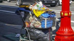 Тележка с всеми пожитками бродяги в Портленде - ПОРТЛЕНДЕ - ОРЕГОНЕ - 16-ое апреля 2017 Стоковые Изображения