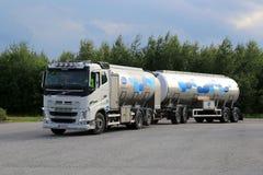 Тележка танка молока Volvo FH в движении Стоковая Фотография RF