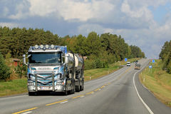 Тележка танка Scania R560 на дороге Стоковое Изображение
