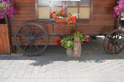 тележка украшенная с цветками Стоковые Изображения