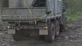Тележка штата армии русская управляя на грязной улице сток-видео