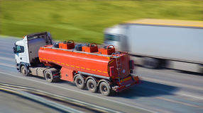 Тележка Gas-tank идет на хайвей стоковая фотография rf