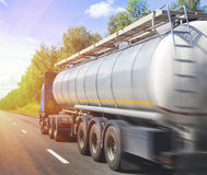 Тележка Gas-tank идет на хайвей стоковая фотография