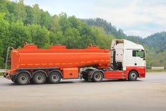 Тележка Gas-tank идет на хайвей стоковые изображения rf