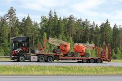 Тележка Scania тянет воздушные рабочие платформы вдоль скоростного шоссе Стоковое фото RF