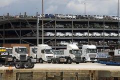 Тележки и автомобили роскоши ожидают экспорта от доков Великобритании Стоковая Фотография