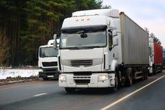 Тележки идут на шоссе в зиме Стоковое Изображение RF