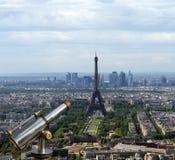 Телезритель телескопа и горизонт города на дневном времени. Париж, Франция Стоковое Фото