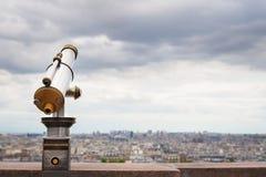 Телезритель телескопа и горизонт города на дневном времени Стоковая Фотография RF