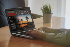 Телесериал течь обслуживание: Портативный компьютер с течь компьютер websLaptop с течь вебсайт серии в экране стоковые изображения