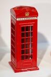 Телефонная будка красного цвета на белой предпосылке Стоковое Фото