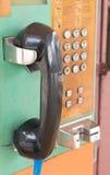 Телефонная будка крупного плана старая в парке Стоковая Фотография RF