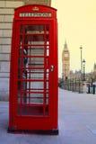 Телефонная будка Лондона и большое Бен в предпосылке стоковое фото rf