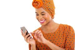 Телефон африканской женщины умный Стоковая Фотография RF