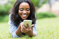 Телефон африканской женщины умный Стоковые Фото