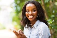 Телефон африканской женщины умный Стоковые Изображения