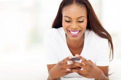 Телефон Афро-американской женщины умный Стоковая Фотография
