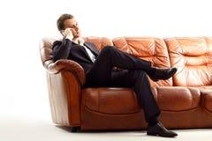Телефон бизнесмена говоря сидя на кресле Стоковые Изображения RF