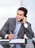 телефон бизнесмена говоря Стоковые Изображения