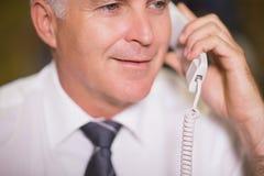 телефон бизнесмена используя Стоковая Фотография