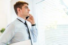 телефон бизнесмена используя Стоковые Фотографии RF