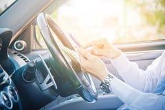 Телефон бизнесмена и владения в автомобиле Стоковое Изображение RF
