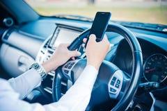 Телефон бизнесмена и владения в автомобиле Стоковые Фото