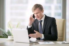 телефон бизнесмена красивый Стоковые Изображения