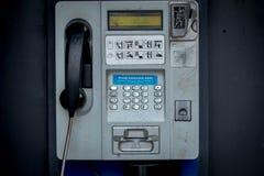 телефон будочки старый Старый телефон кабеля Стоковая Фотография RF