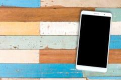 Телефон взгляд сверху умный на деревянном столе Стоковое Фото
