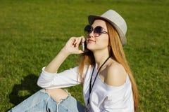 телефон девушки используя Стоковые Изображения