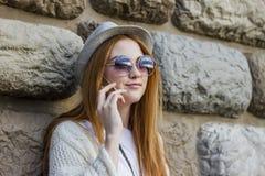 телефон девушки используя Стоковая Фотография RF