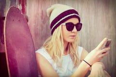 Телефон девушки конькобежца Стоковое Изображение