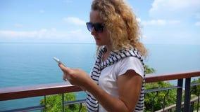 Телефон женской пользы умный около моря сток-видео