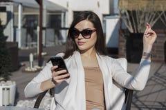 телефон используя женщину Стоковые Изображения