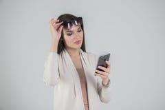 телефон используя женщину Стоковая Фотография