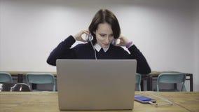 Телефон касания женщины умный сток-видео