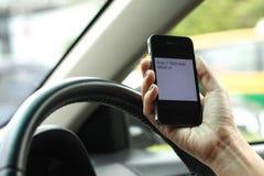 Телефон, отправляя СМС и управляя, опасный стоковые фотографии rf