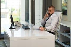 телефон офиса бизнесмена говоря Стоковые Изображения
