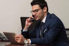 телефон офиса бизнесмена говоря Стоковые Изображения RF