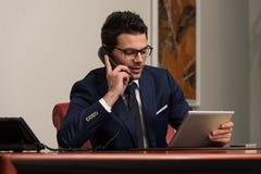 телефон офиса бизнесмена говоря Стоковое Фото