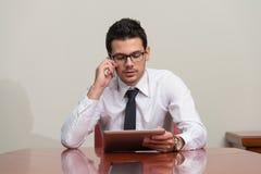 телефон офиса бизнесмена говоря Стоковая Фотография