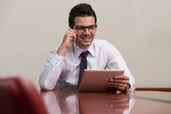 телефон офиса бизнесмена говоря Стоковые Фото