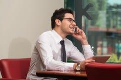 телефон офиса бизнесмена говоря Стоковое Изображение